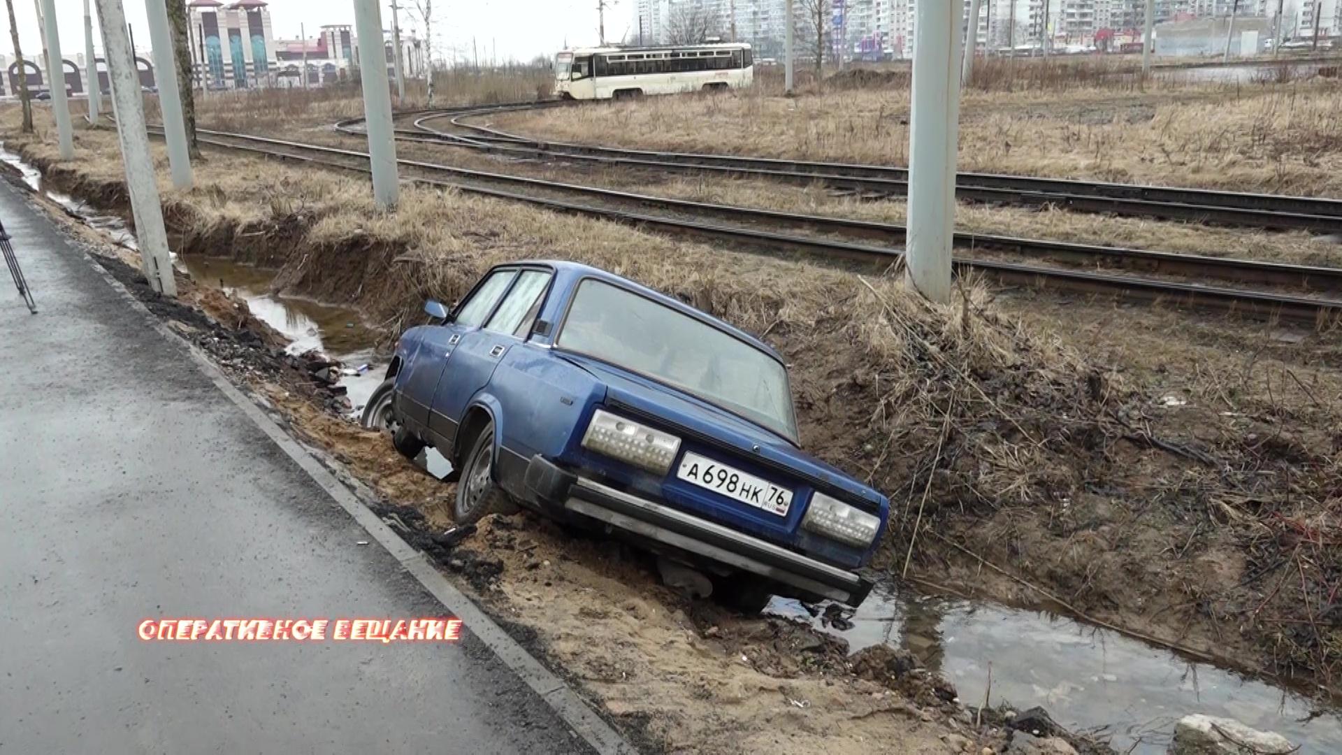 На Ленинградском проспекте водитель бросил «семерку» в ручье после неудачного дрифта