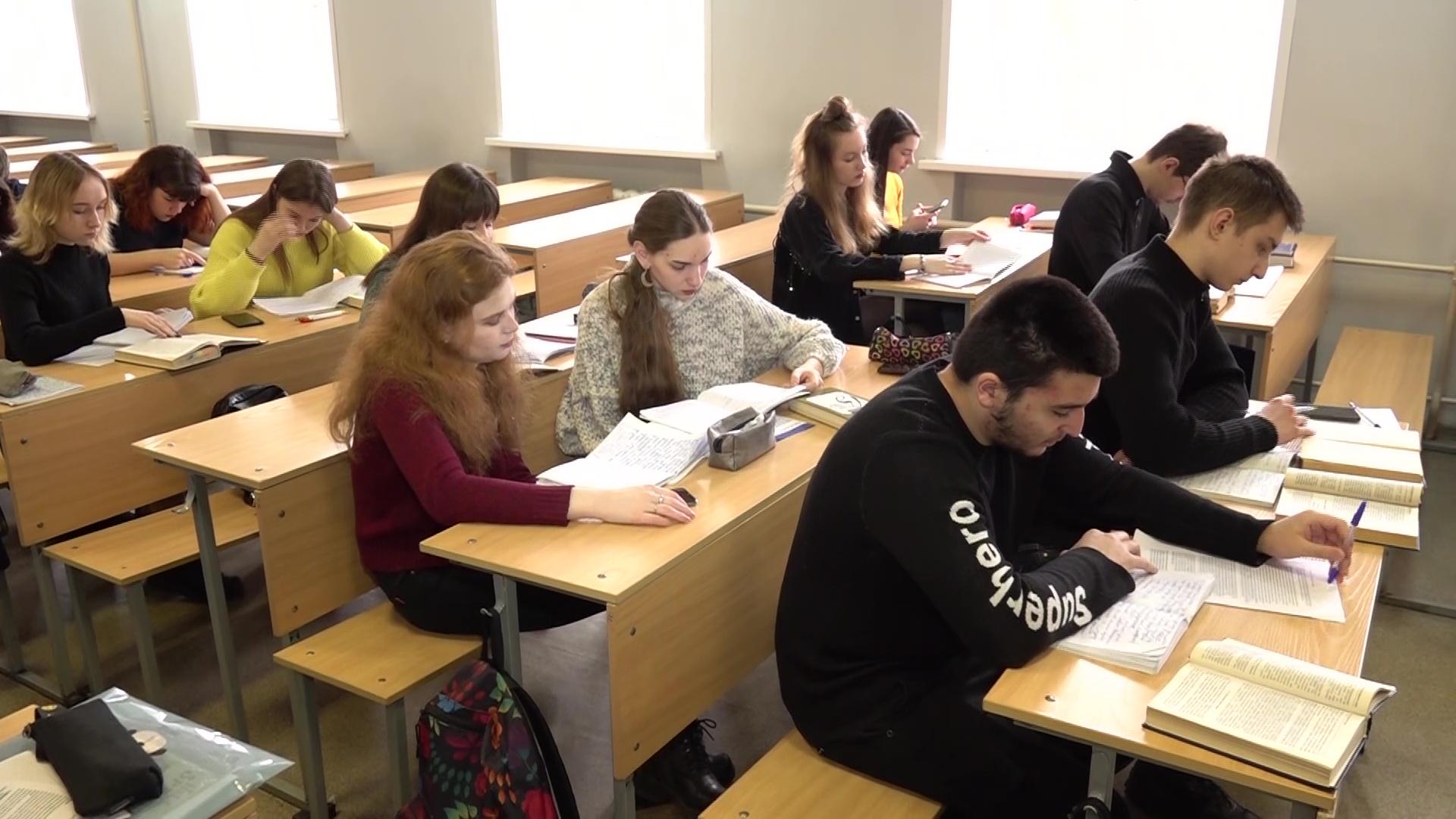 Студенты-юристы ответили на вопросы по Конституции РФ и рассказали, будут ли голосовать за поправки