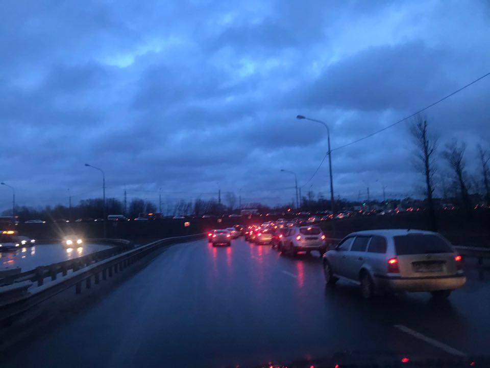 Ярославль встал в девятибалльные пробки. Стоит весь Московский проспект