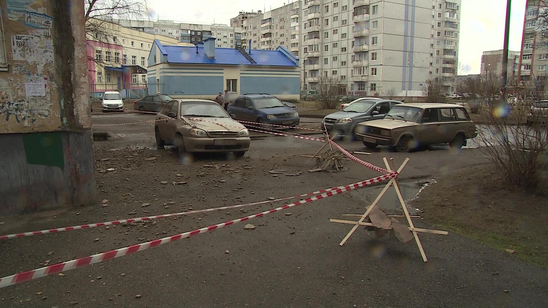 В Ярославле сильный ветер сдул облицовку прямо на припаркованное авто