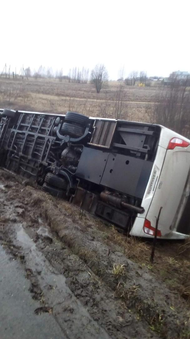 В Ярославской области перевернулся пассажирский автобус