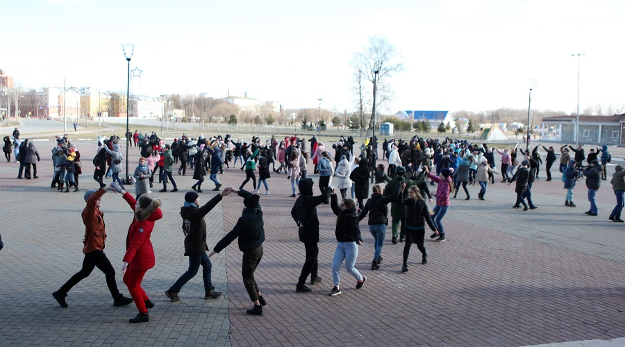«Севастопольский вальс» в Ярославле станцевали сто пар