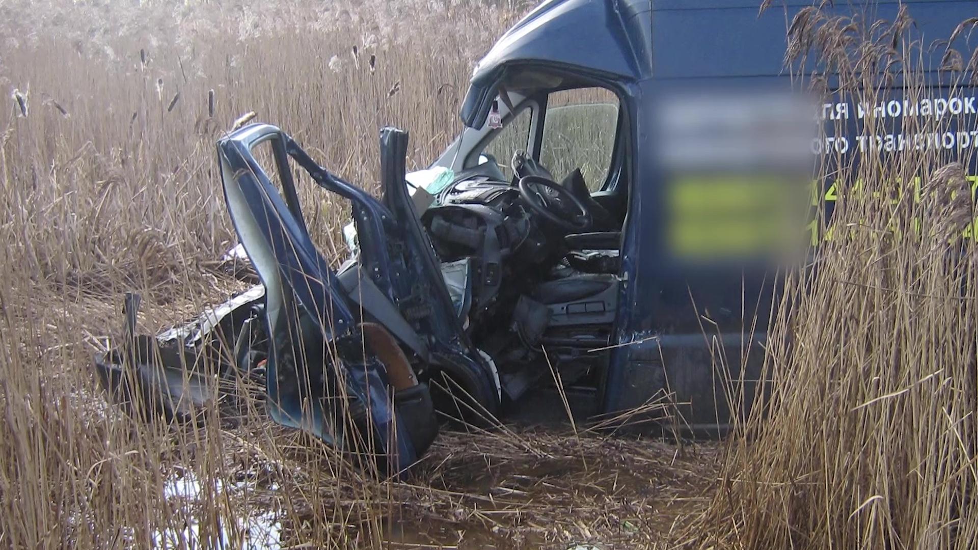 Кабину разорвало: в Ростовском районе в ДТП с микроавтобусом пострадали люди