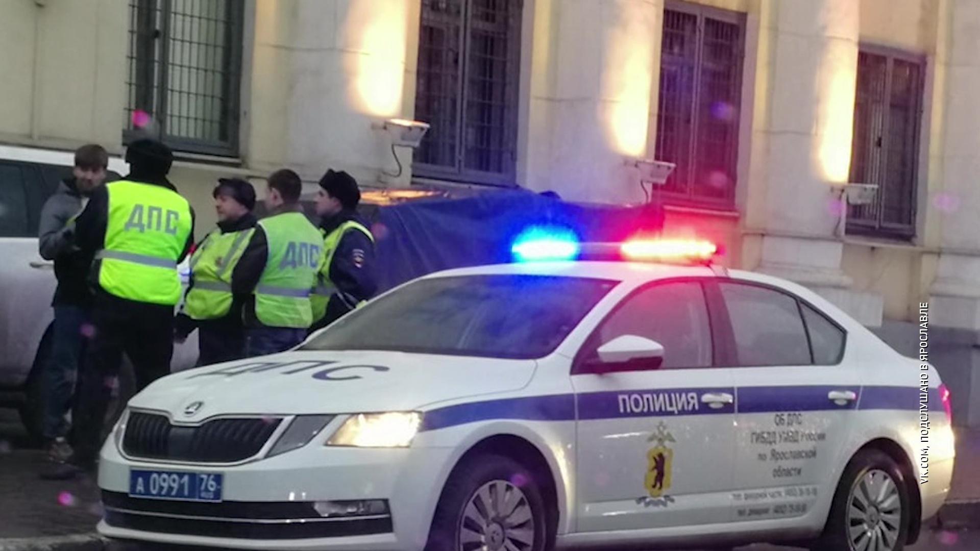Водитель внедорожника припарковался прямо на тротуаре у здания областной полиции