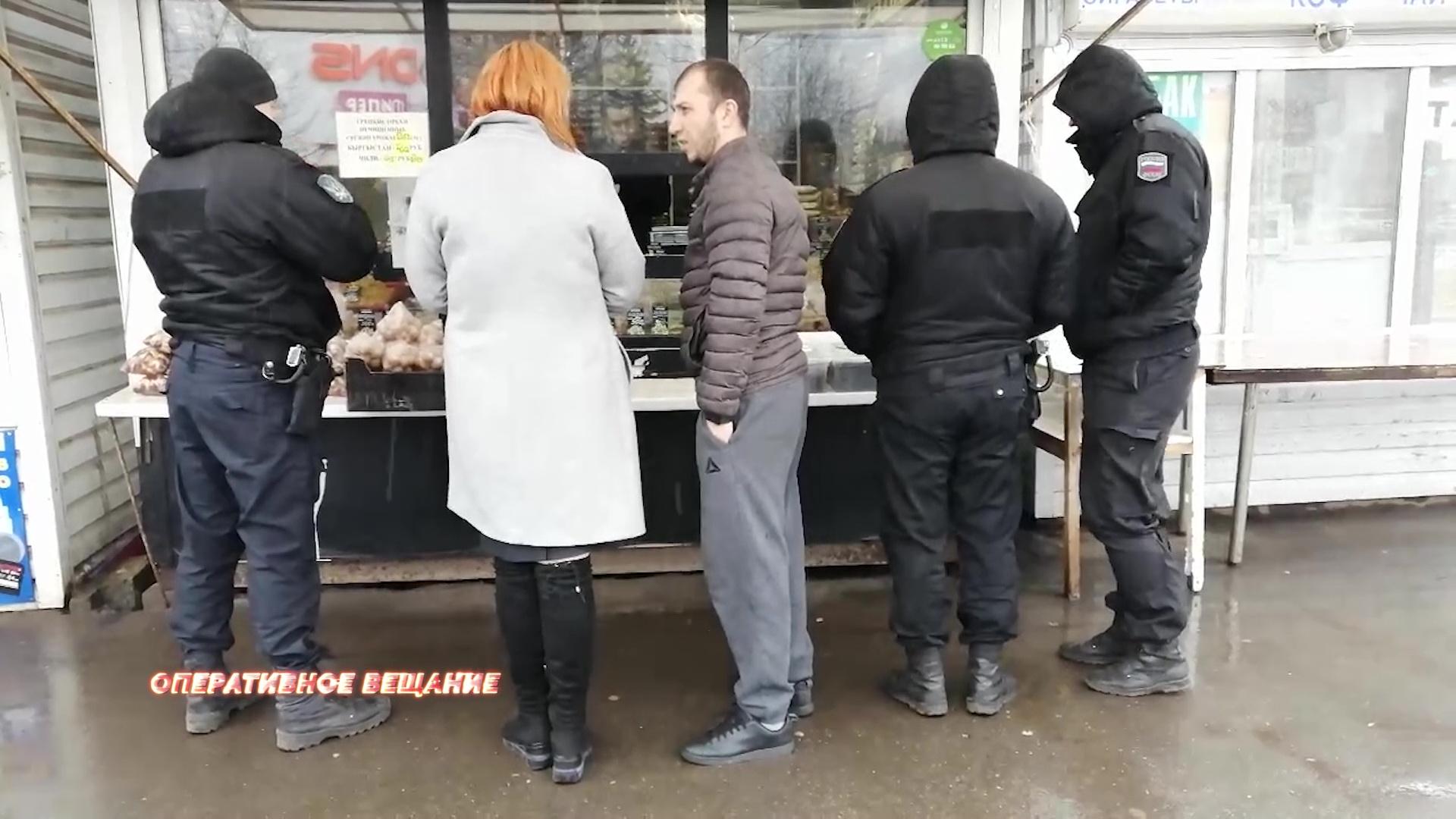 Приставы закрыли несколько торговых точек из-за одного продавца-мигранта