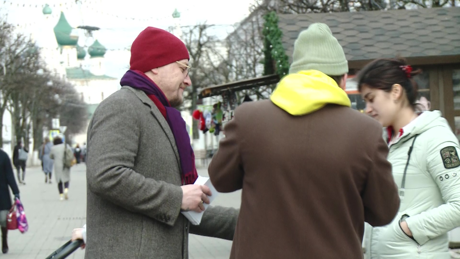 Двое ярославцев устроили акцию по раздаче медицинских масок