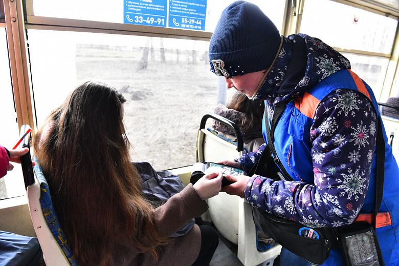 Ярославцы могут платить картой в троллейбусах и трамваях