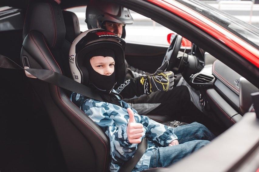 Дмитрий Миронов исполнил мечту юного рыбинца прокатиться на гоночном автомобиле