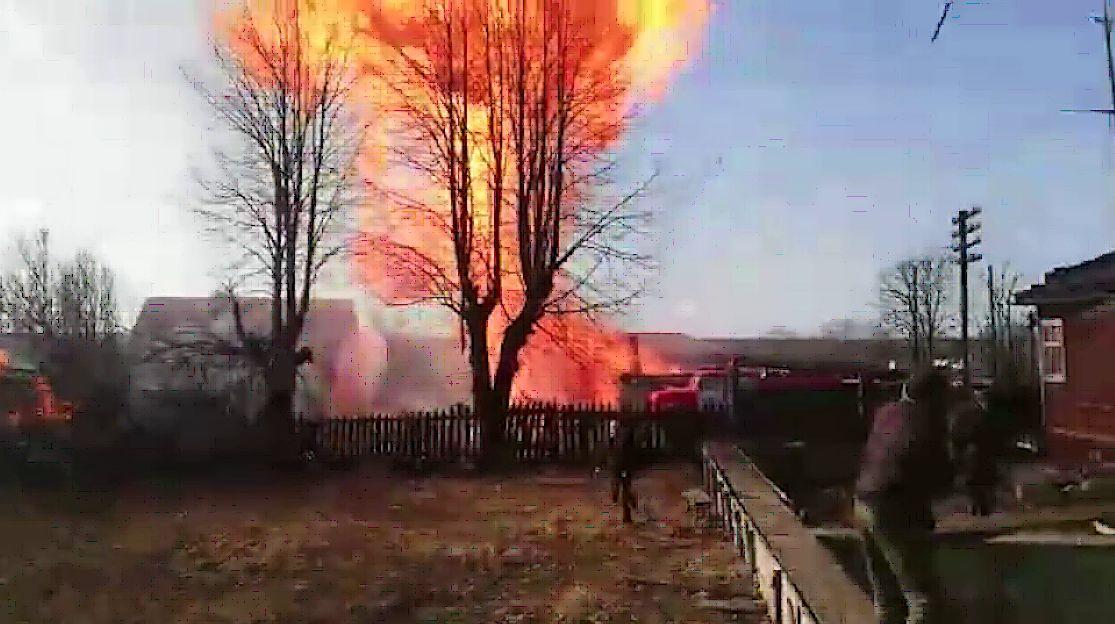 ВИДЕО: Во время тушения пожара в Ростовском районе из дома вылетел газовый баллон