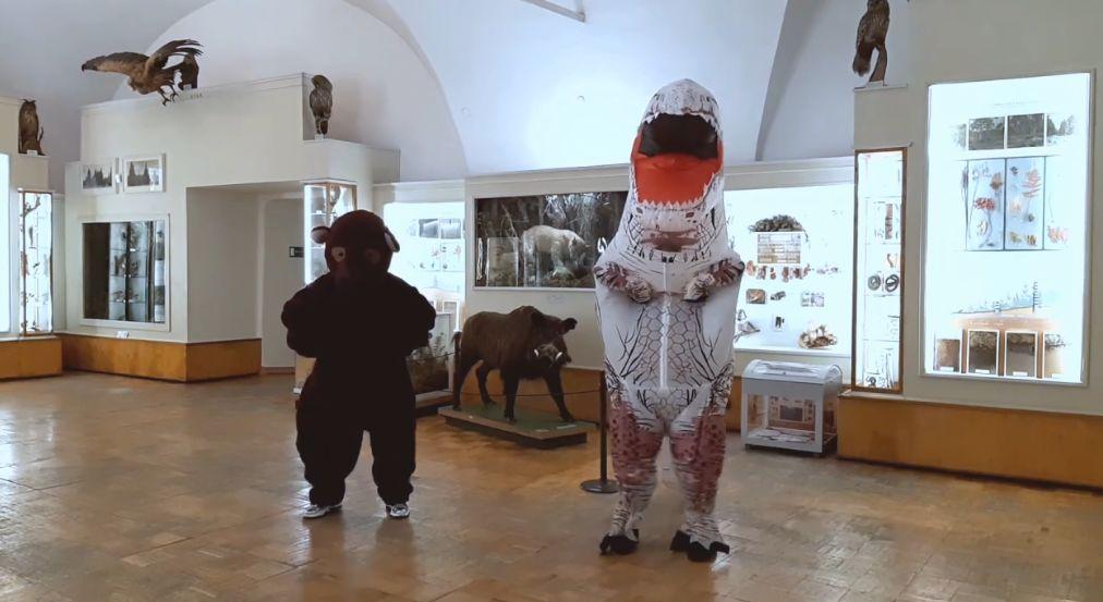 В пустых залах музея-заповедника станцевали медведь и динозавр