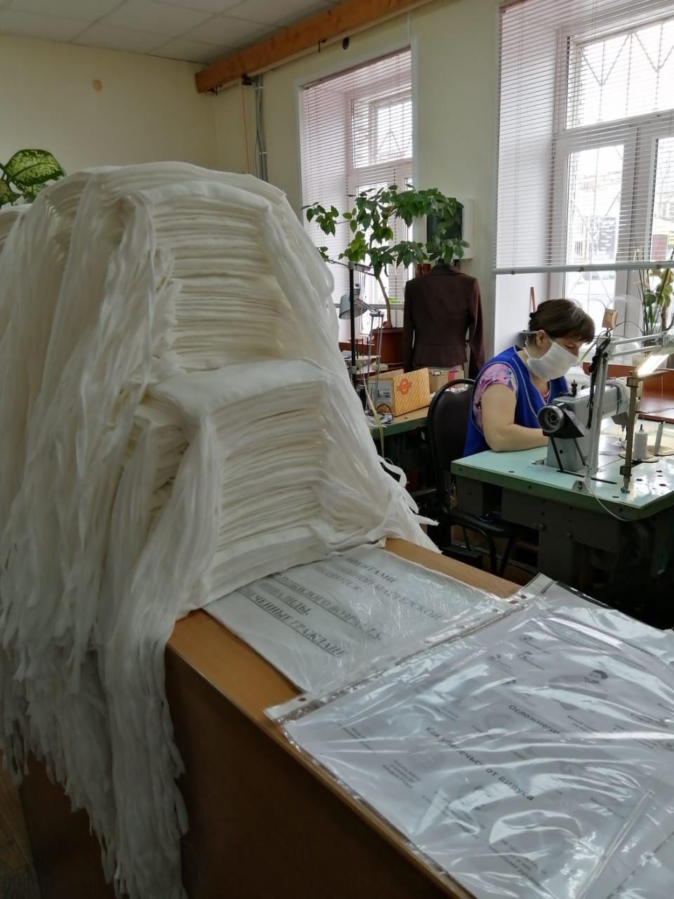 Швейная мастерская центра соцпомощи помогает врачам масками