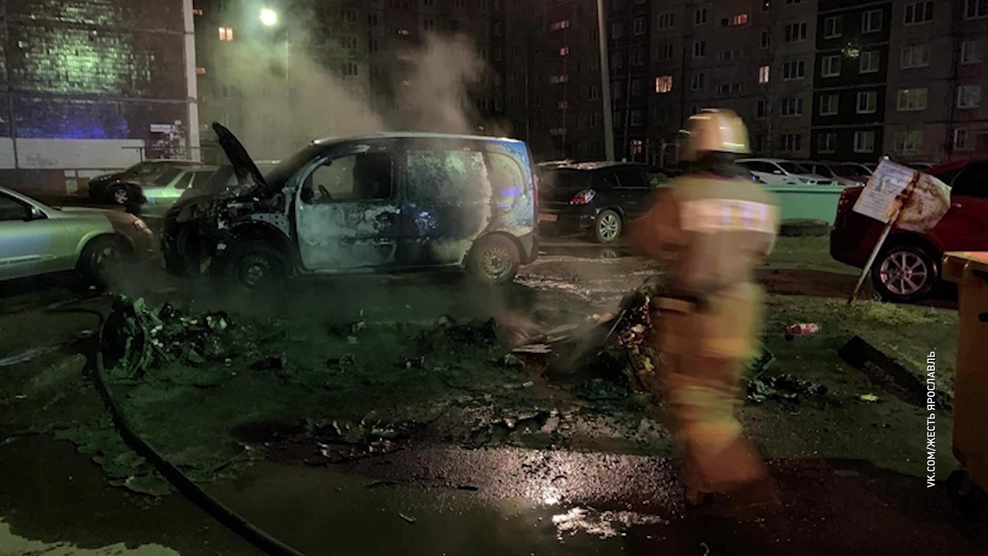 На Машиностроителей неизвестные сожгли мусорный контейнер и автомобиль