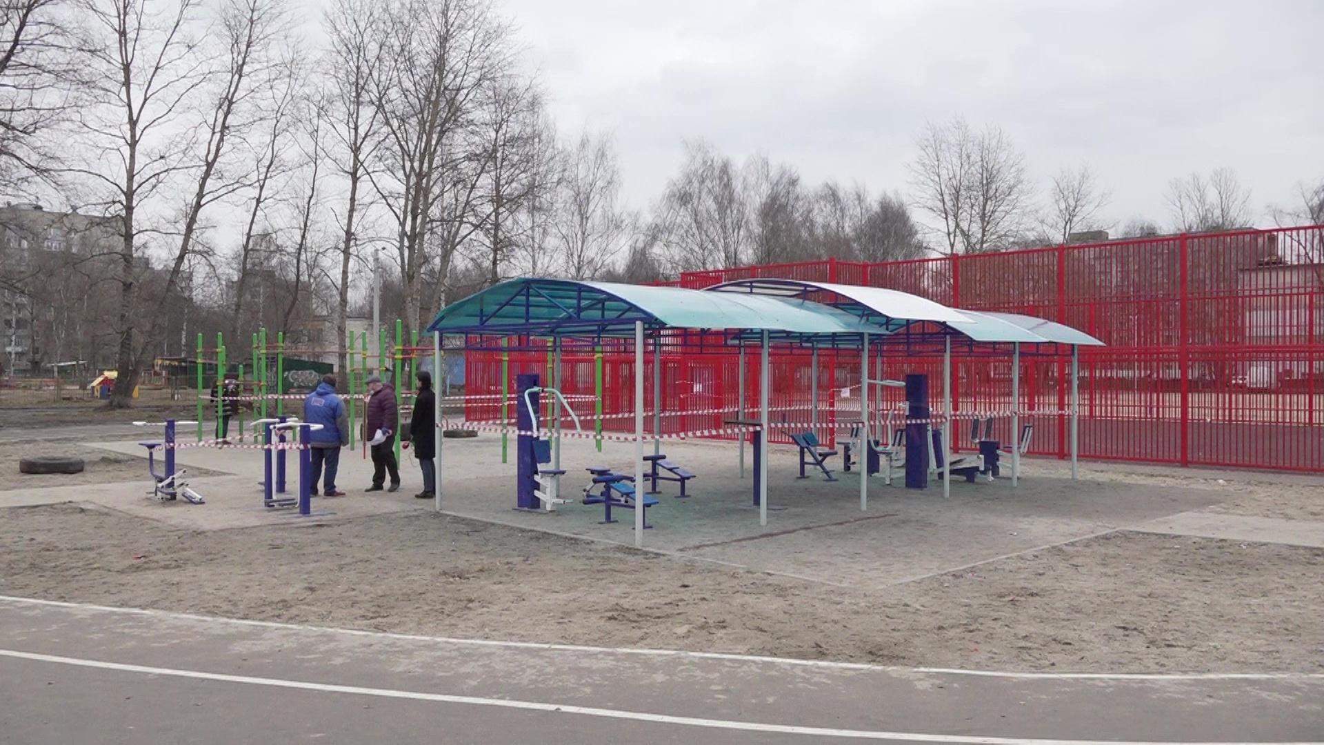 Ярославские детские и спортивные площадки ограждают сигнальными лентами