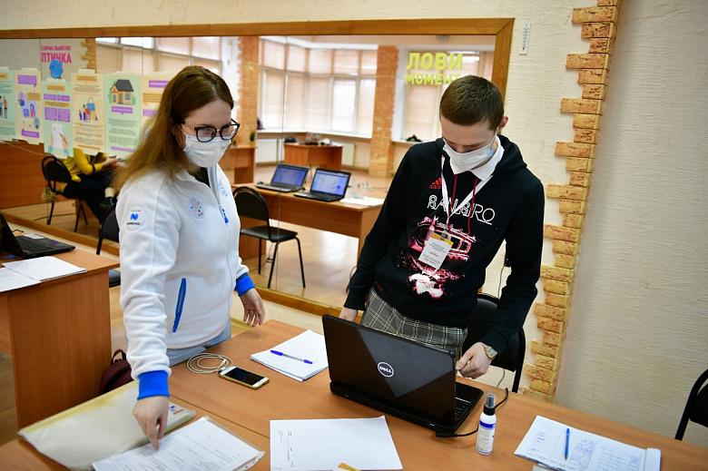 Ярославские чиновники передали машины волонтерам для помощи пожилым