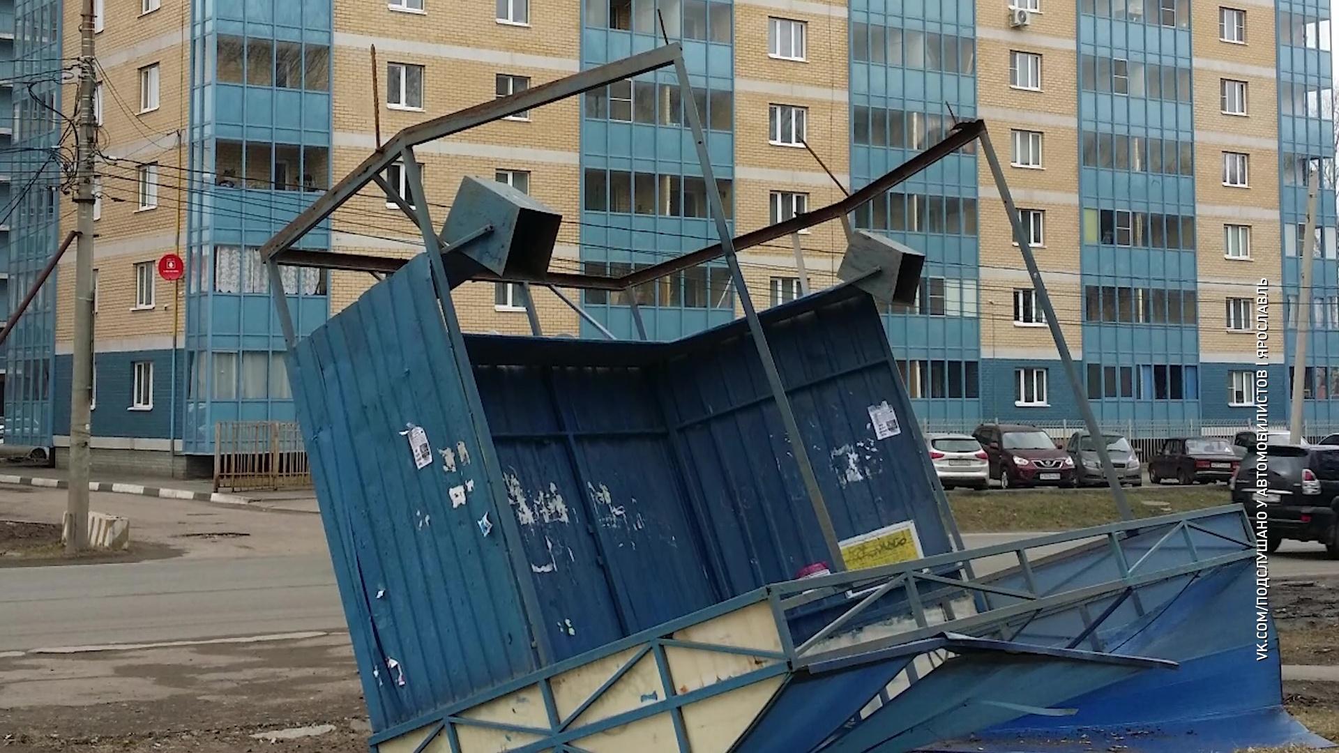 На Суздальском шоссе ветер опрокинул остановку