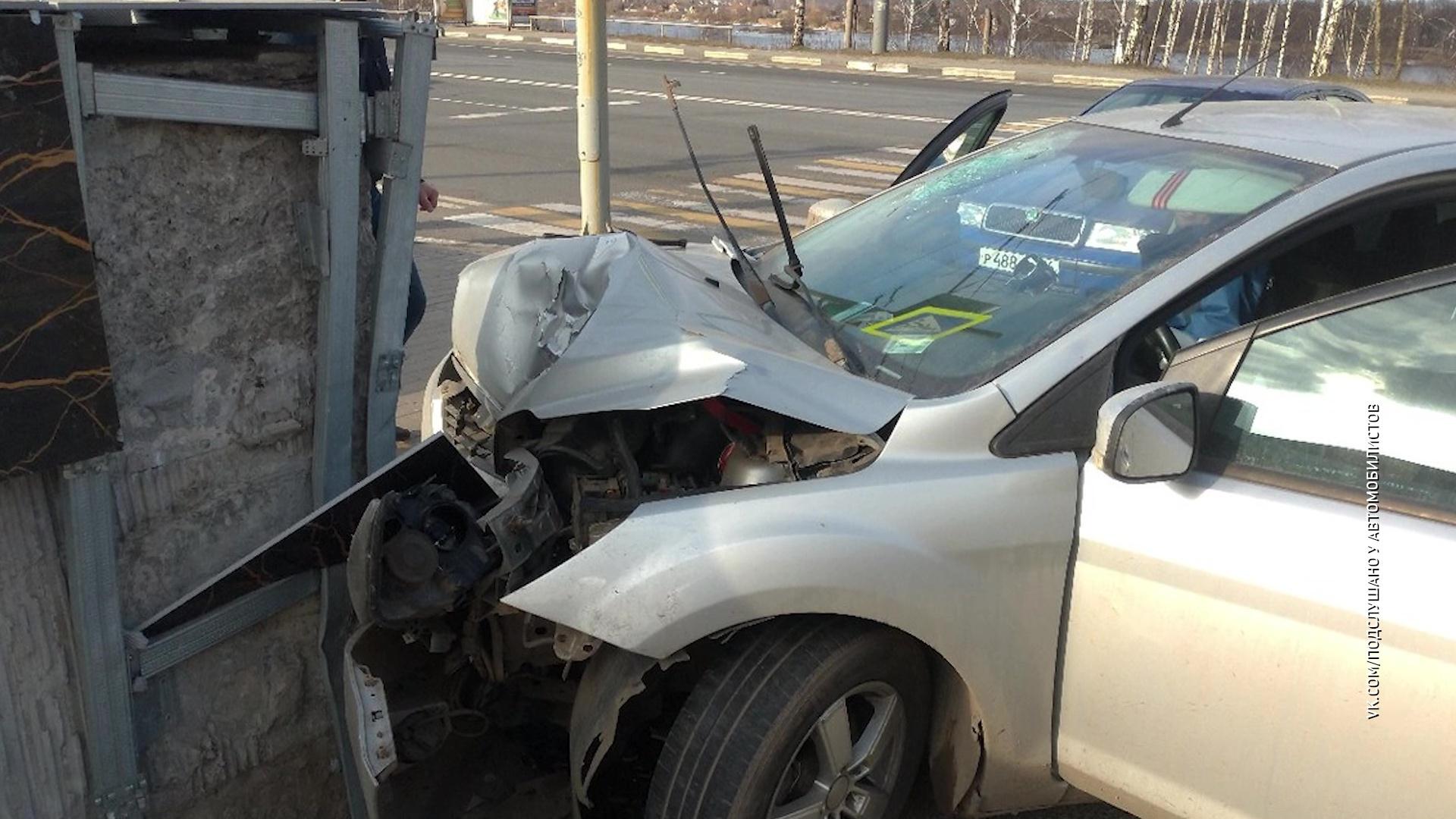 В Ярославле водитель протаранил бетонное ограждение
