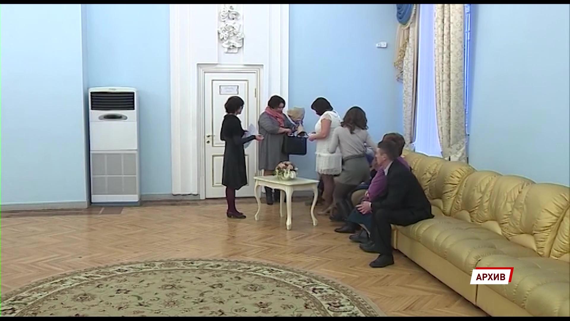 В областном Дворце бракосочетания перенесли больше двухсот свадеб