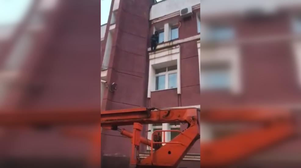 Ярославец-паркурщик застрял на стене здания