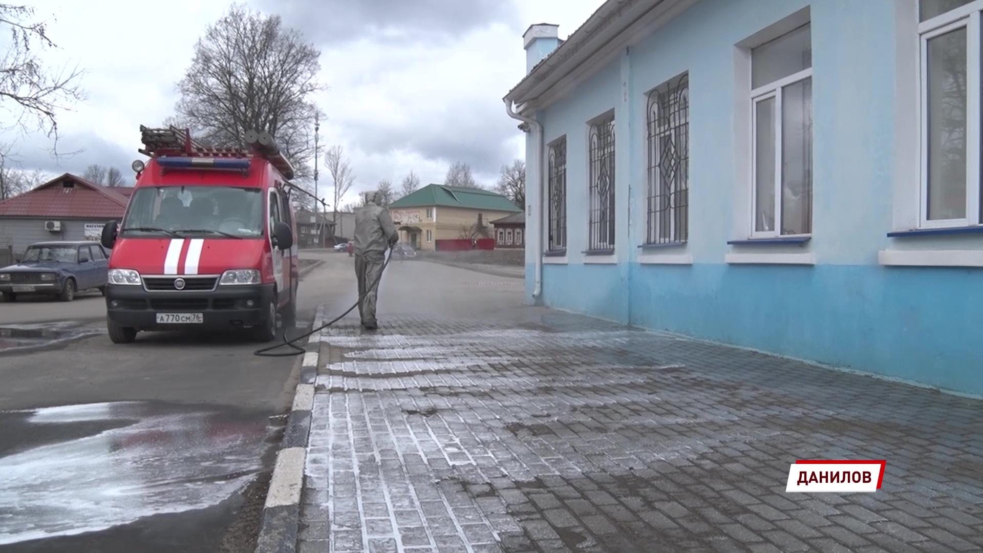 Сотрудники МЧС продолжают дезинфицировать вокзалы