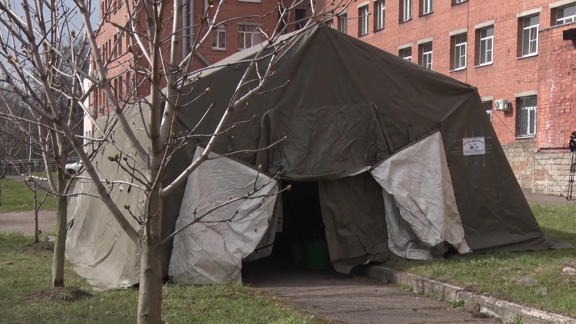 У госпиталя ветеранов войн поставили палатку для дезинфекции