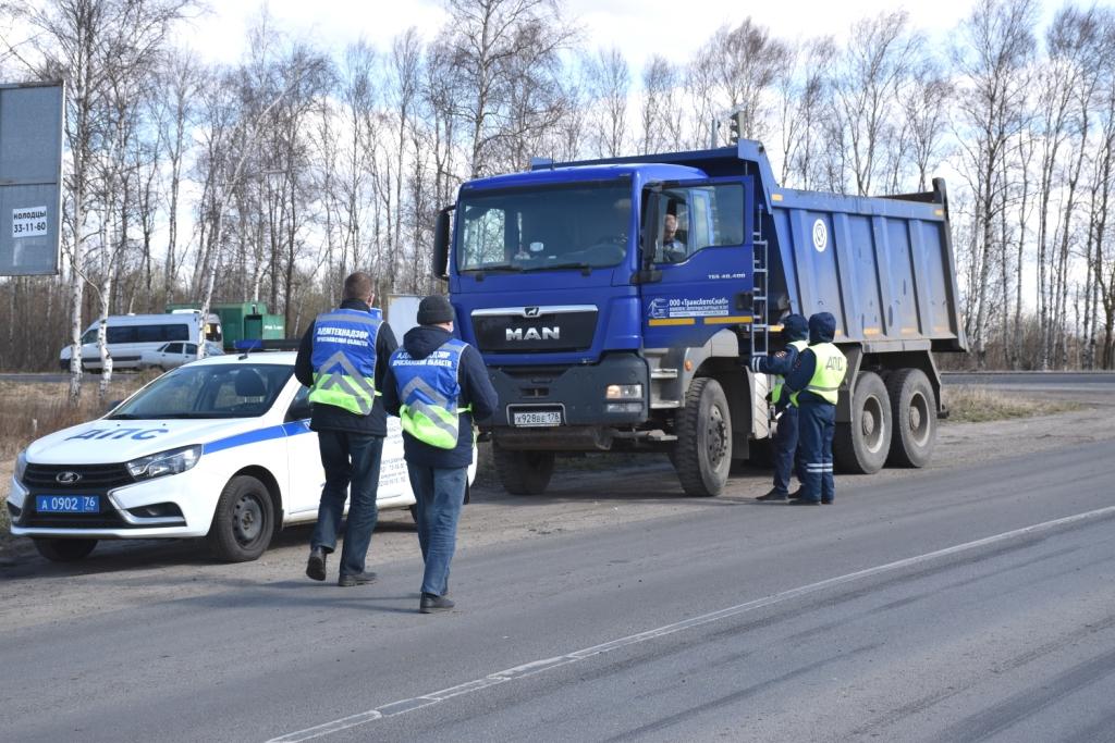 Под Ярославлем ловили мусоровозы, из которых на дорогу вылетали отходы