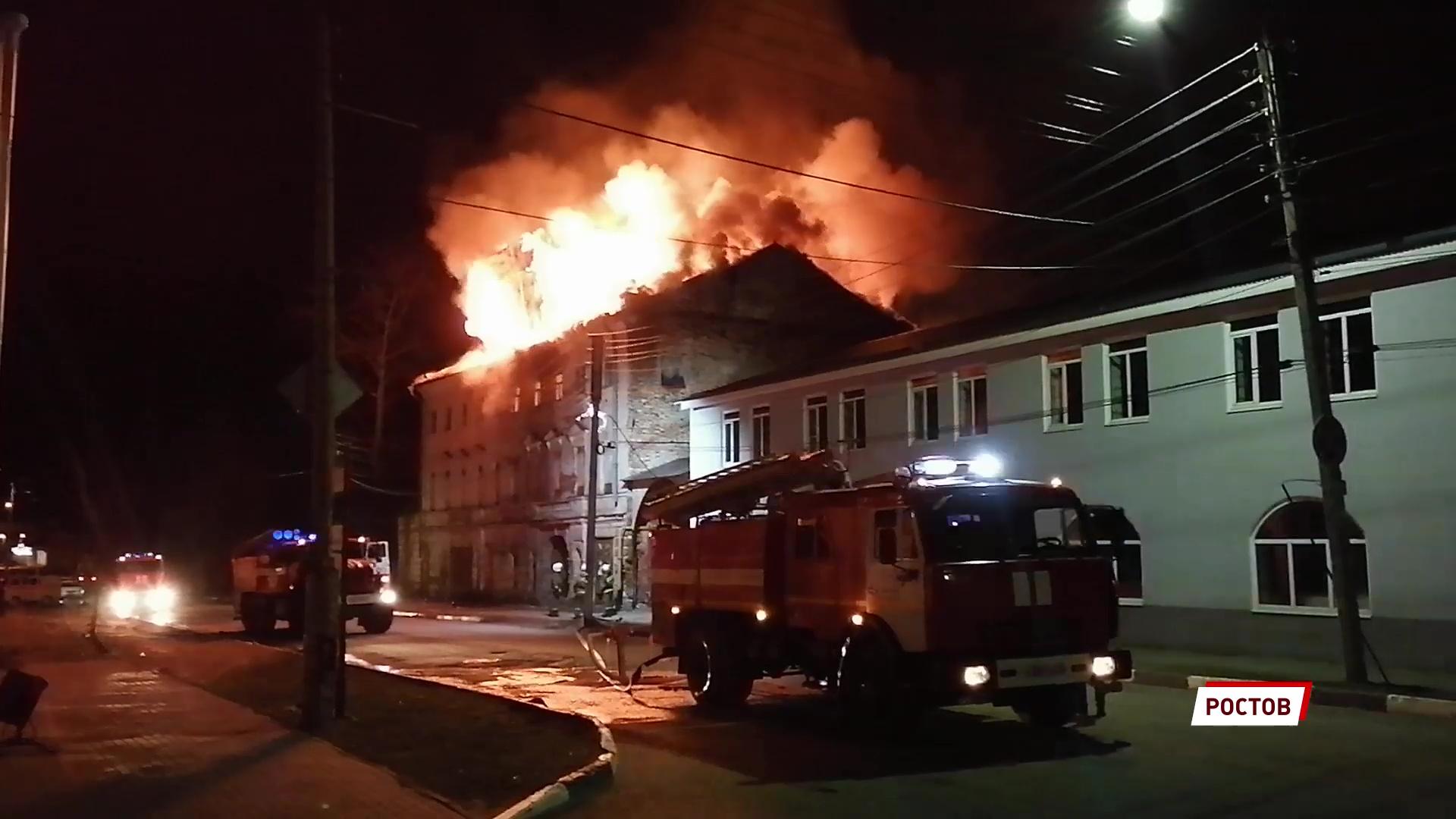 Вспыхнул ночью и тлел до полудня: в Ростове сгорело здание бывшего театра – памятник архитектуры