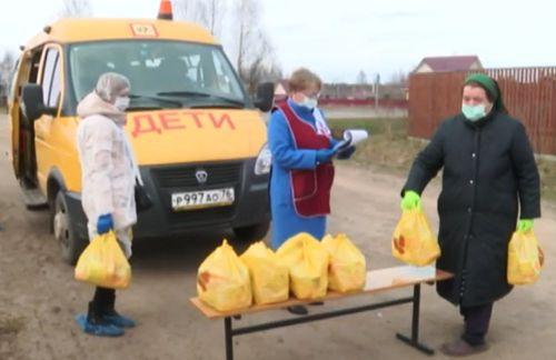 В Ярославской области школьники продолжают получать продуктовые наборы