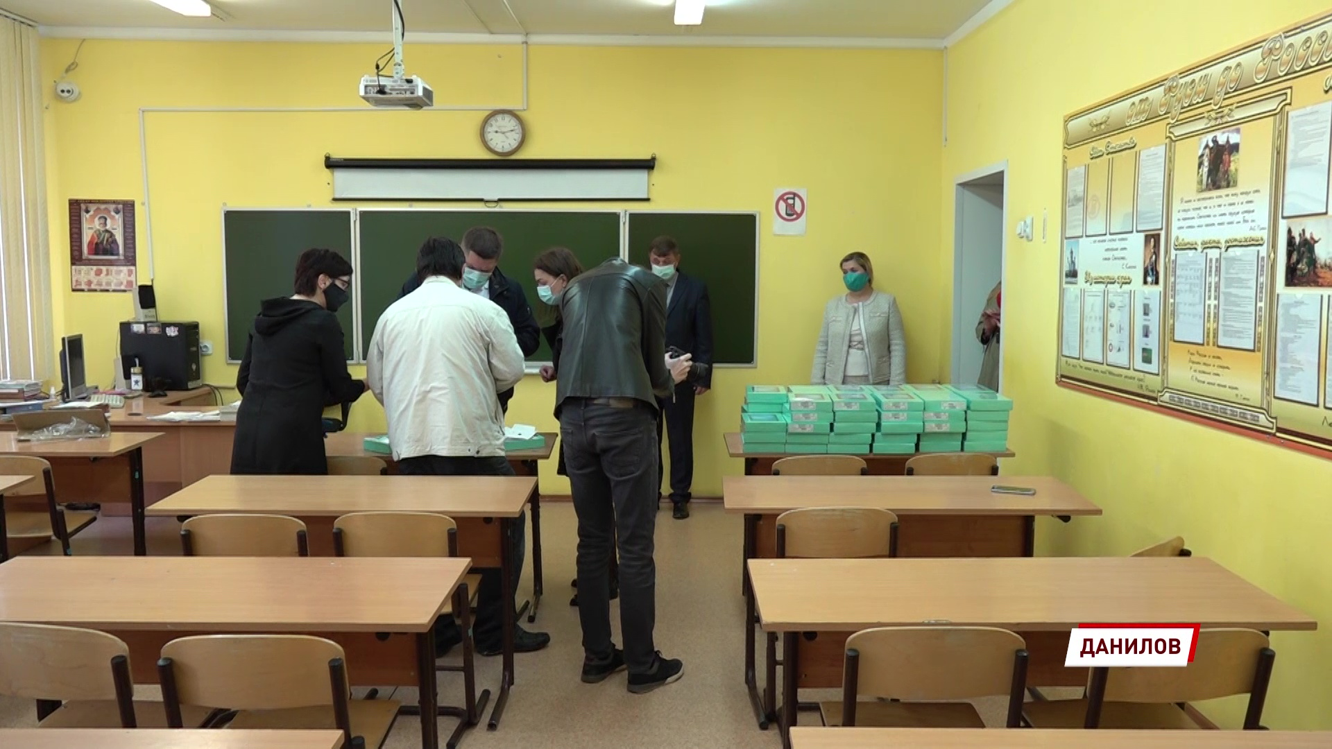По инициативе Дмитрия Миронова школьникам, у которых нет компьютера, выдают планшеты