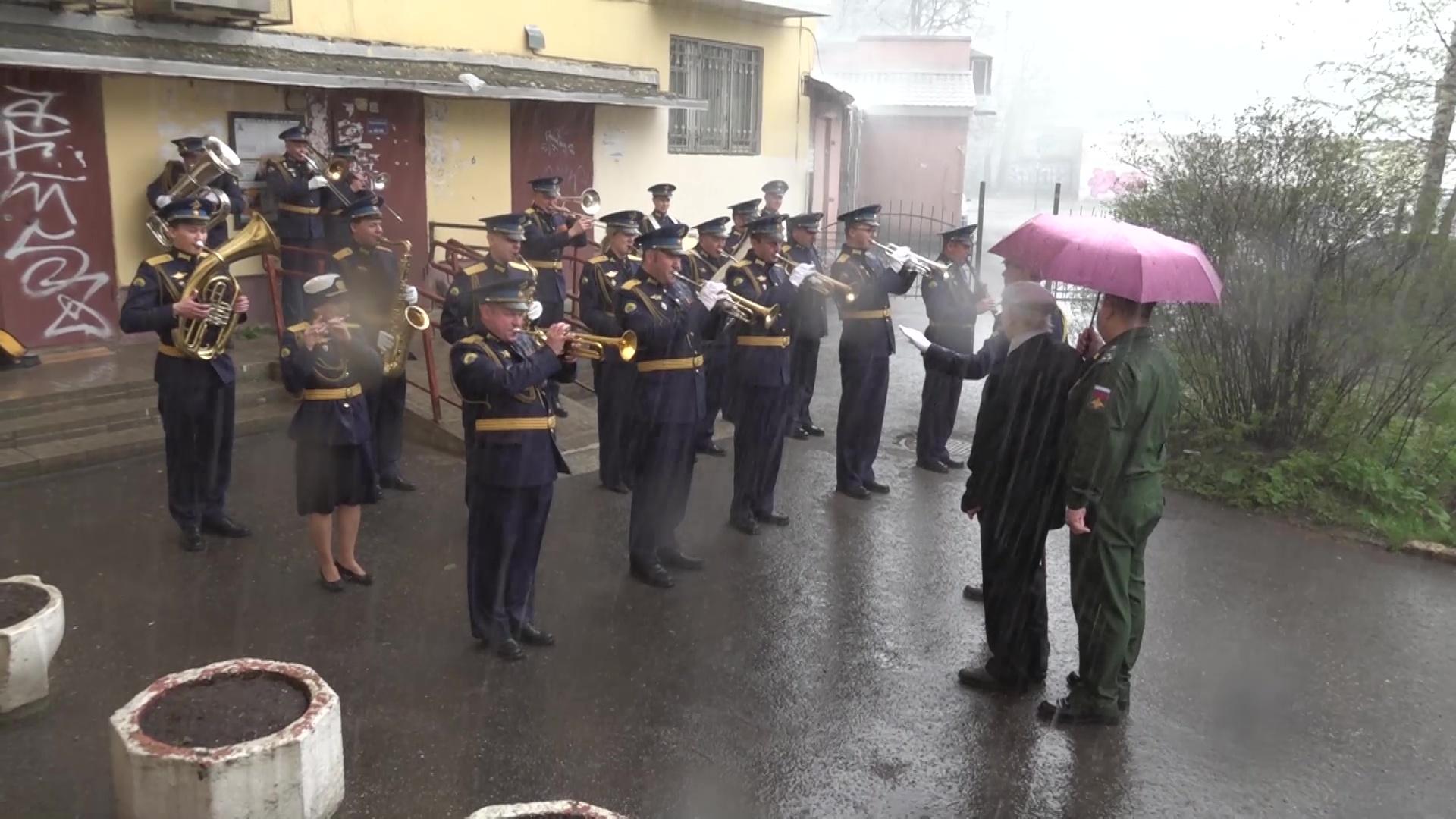 Ярославского ветерана поздравили с Днем Победы выступлением оркестра под окнами