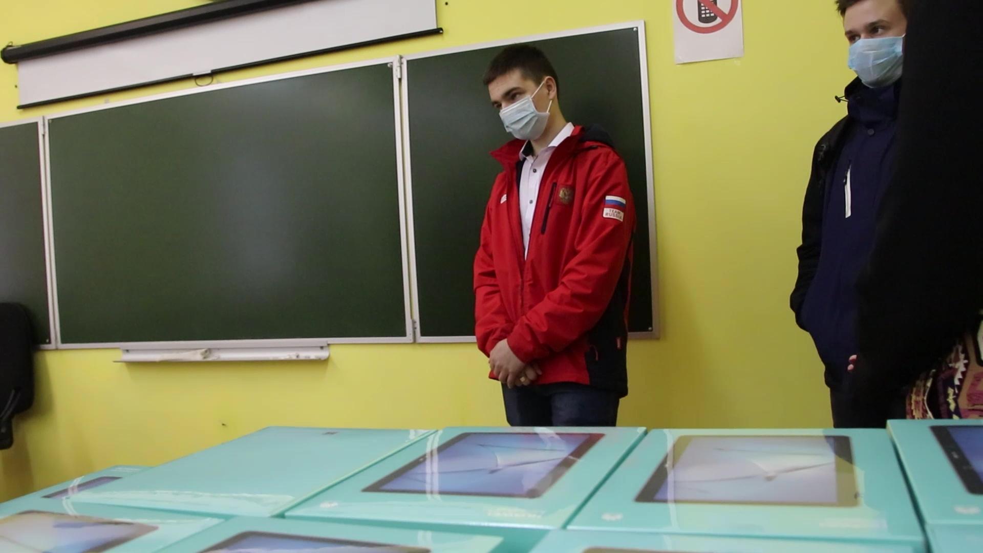 Ярославские школьники приступили к учебе с помощью выданных им планшетов