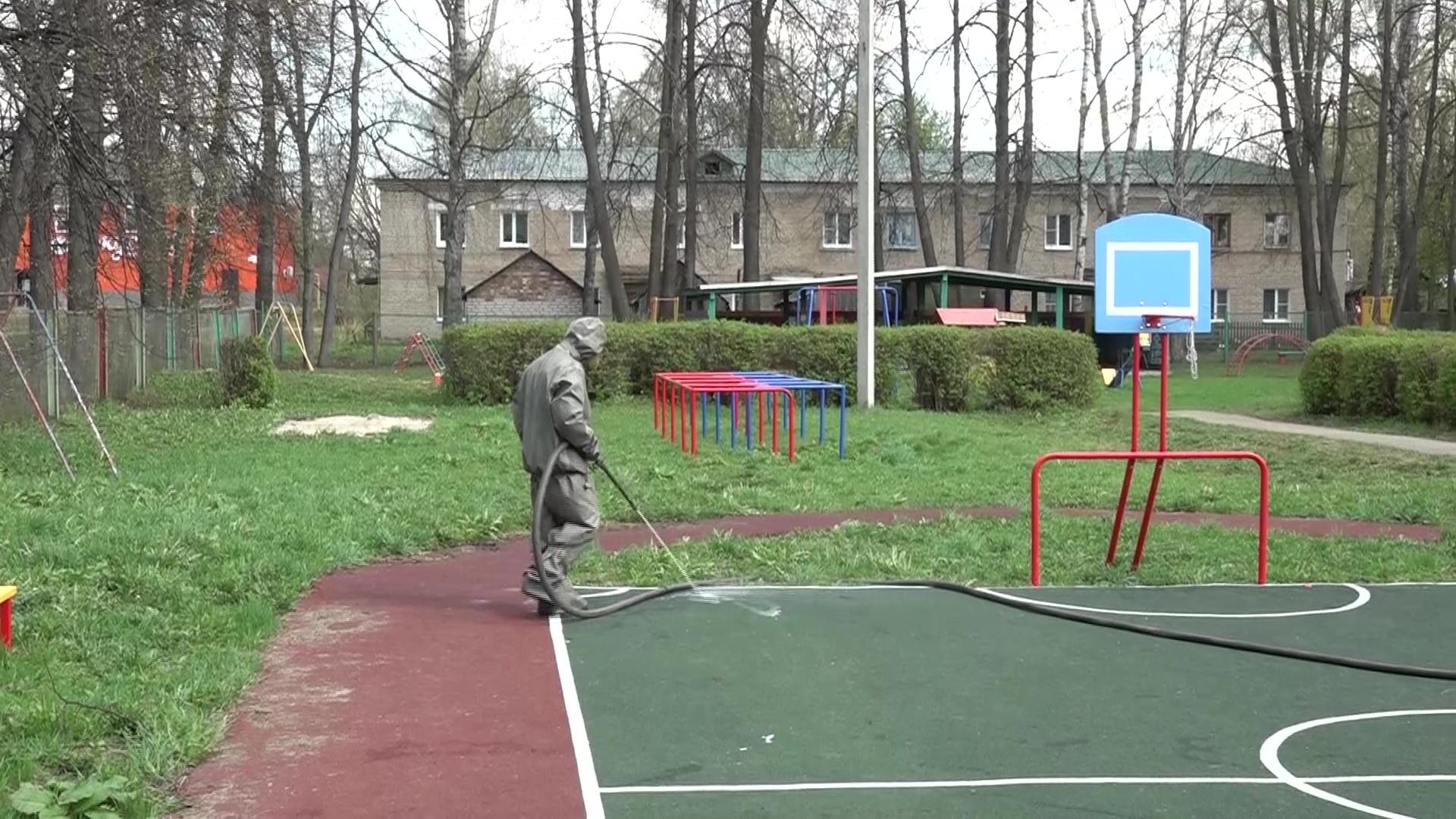 Военные провели дезинфекцию школы и детского сада в Красном Профинтерне
