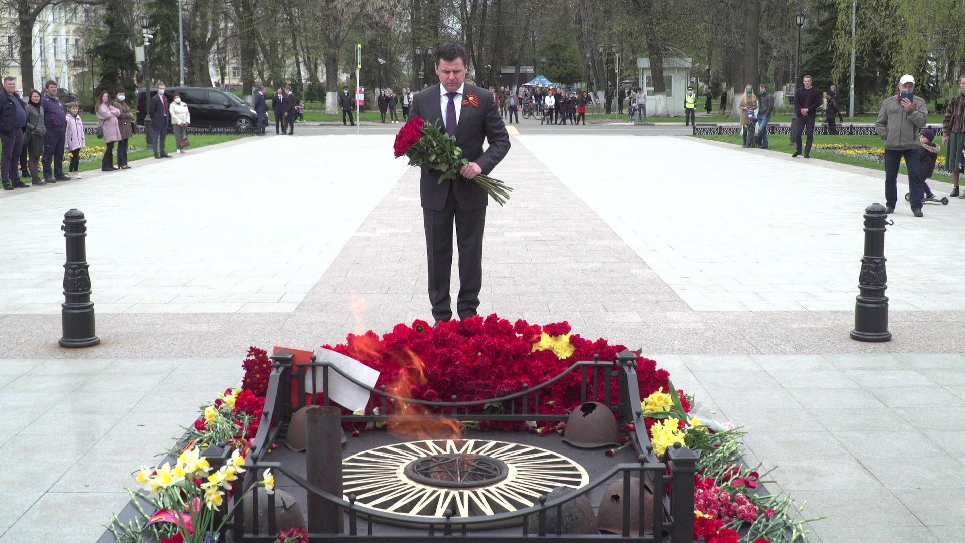 Дмитрий Миронов в День Победы почтил память погибших у Вечного огня