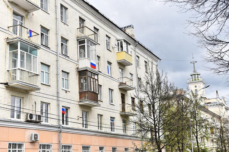 Тысячи российские флагов появились в окнах и на балконах ярославцев
