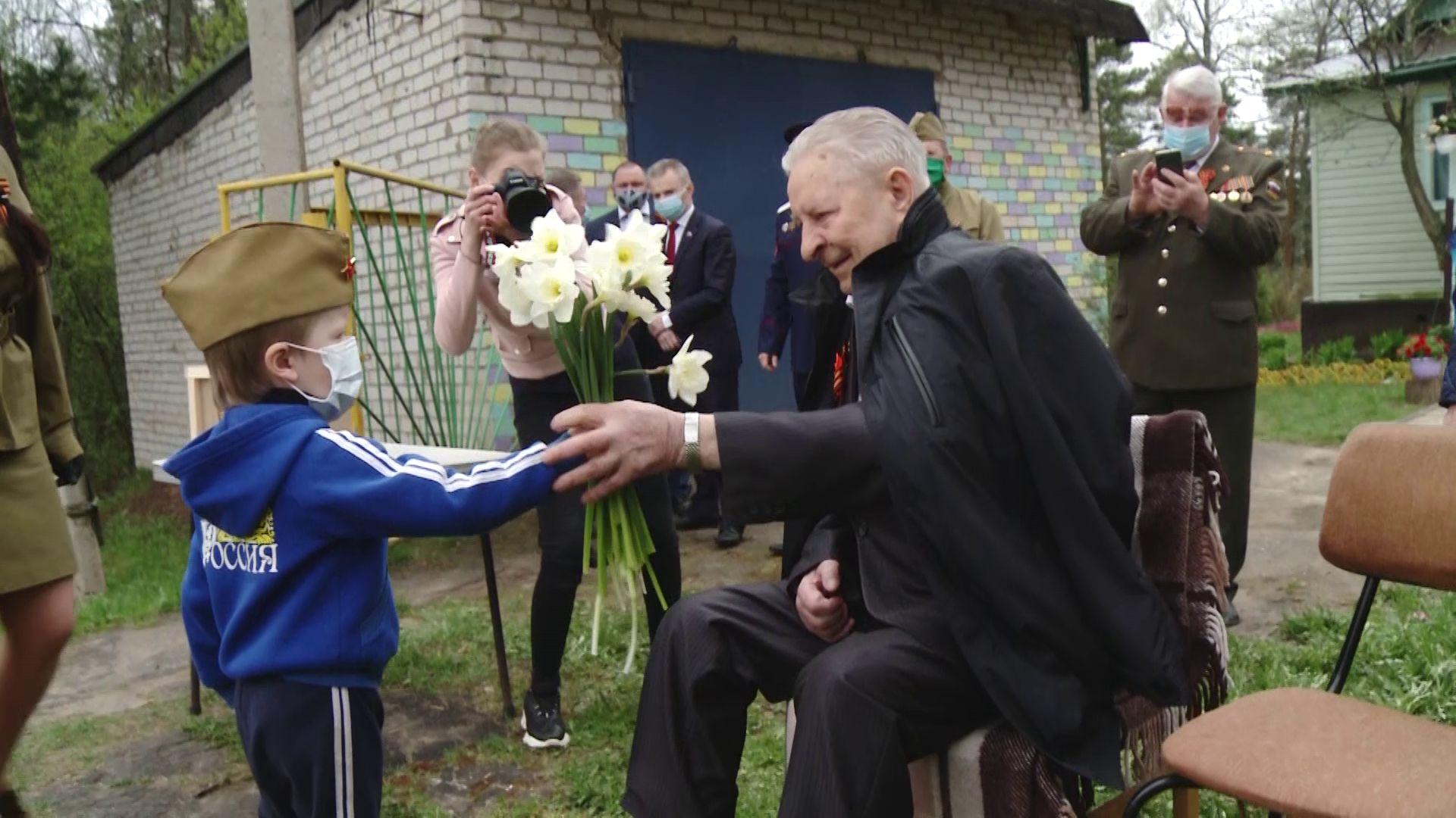 В День Победы ярославских ветеранов порадовали концертами и парадом техники прямо под окнами домов