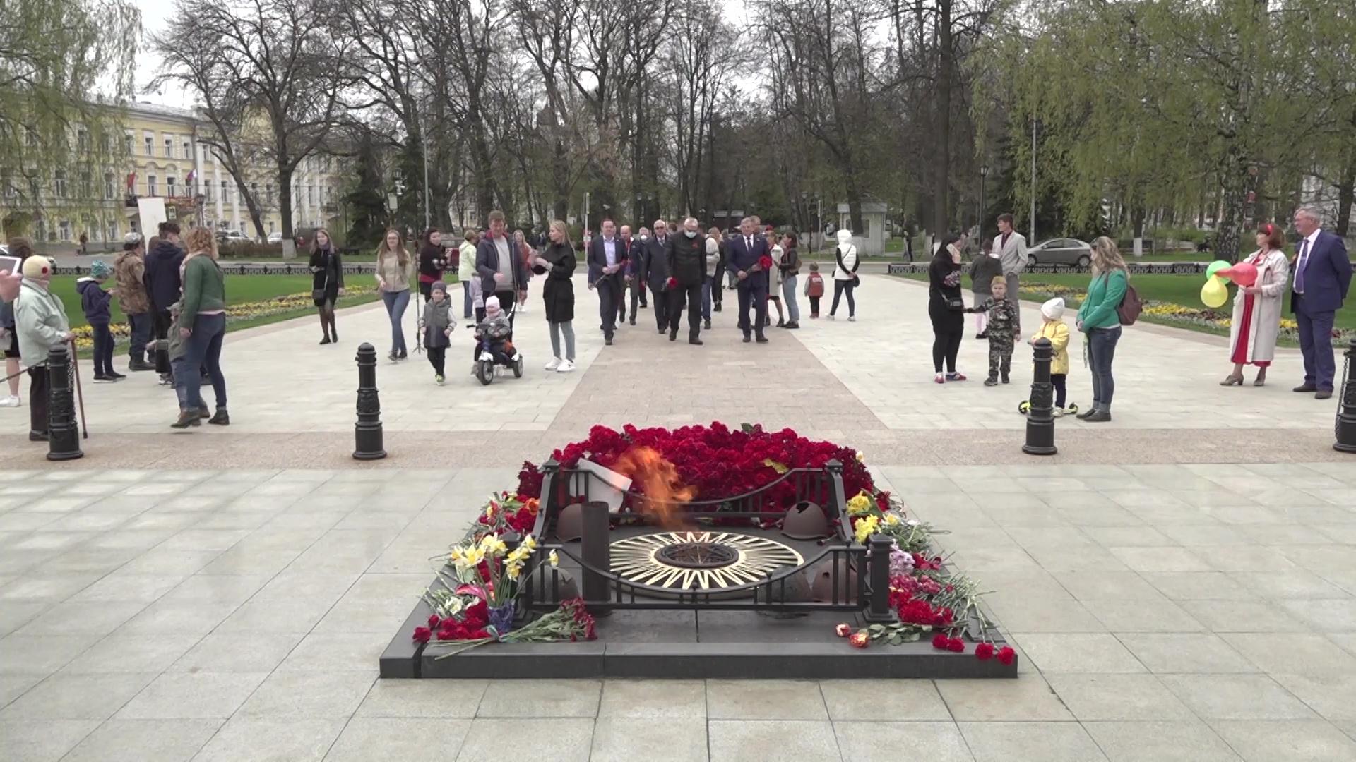 Депутаты облдумы возложили цветы к Вечному огню
