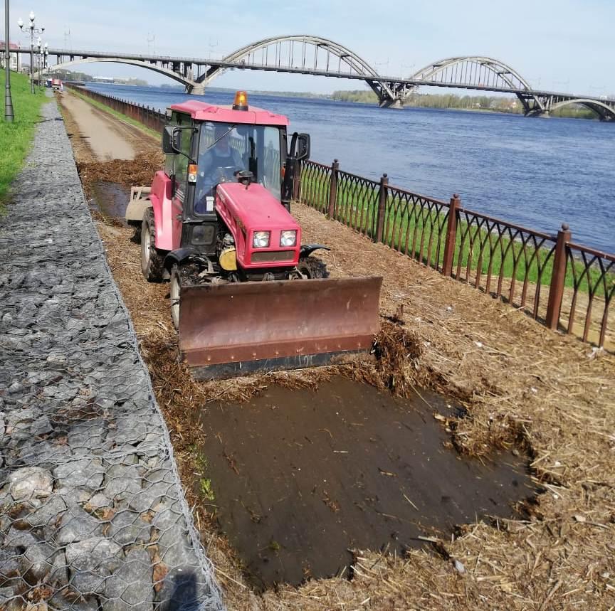 В Рыбинске начали очищать Волжскую набережную после подтопления