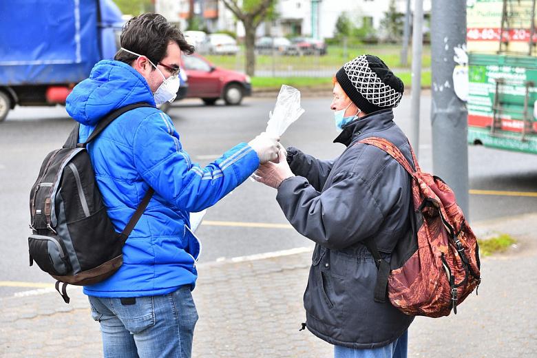 Ярославские волонтеры раздавали маски на остановках общественного транспорта