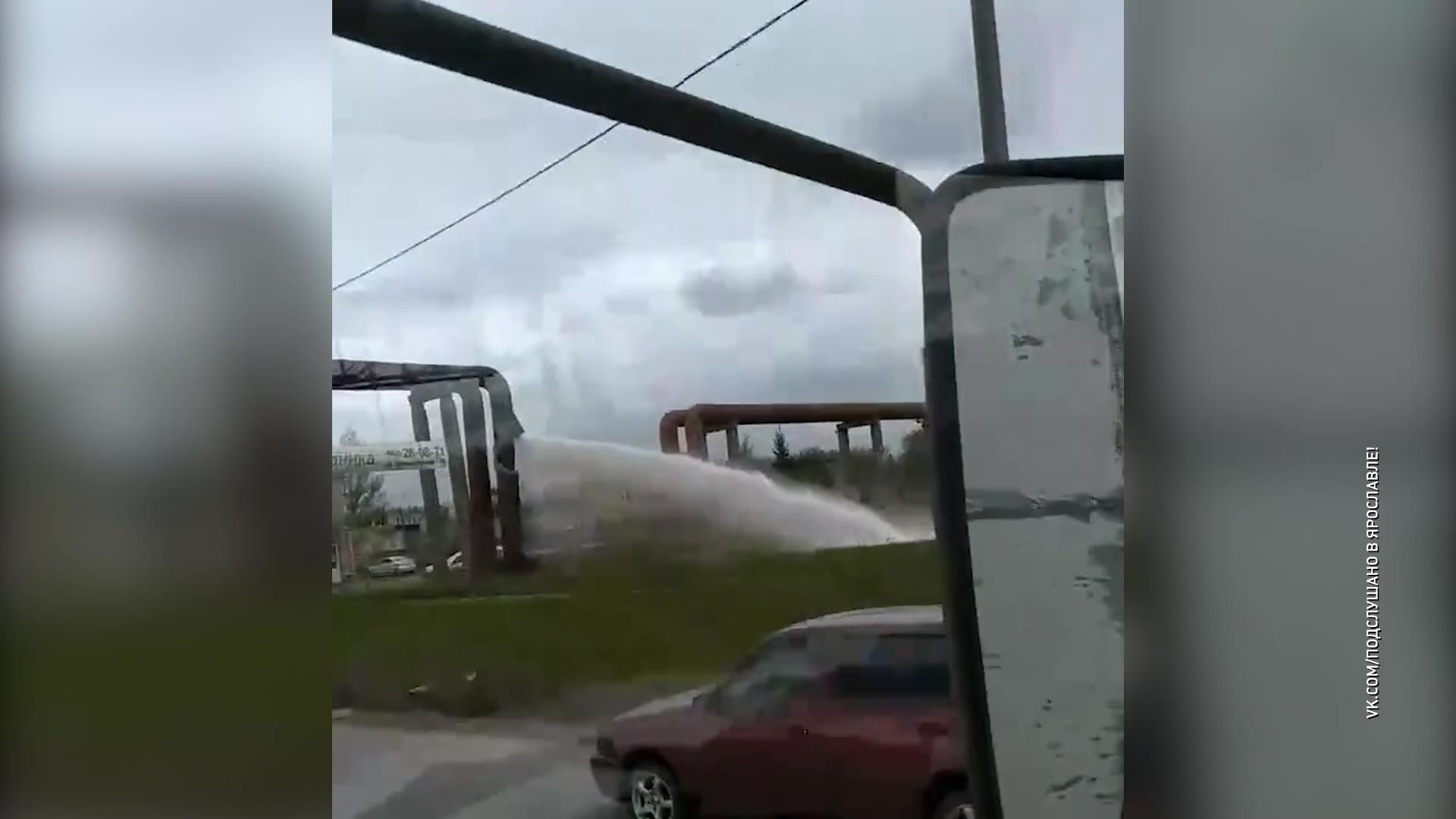 Труба не выдержала испытаний: на Промышленном шоссе забил фонтан