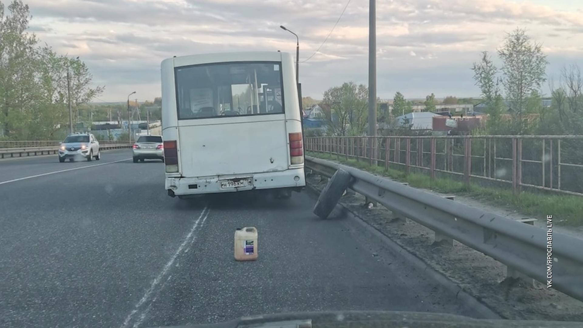 В Ярославле пассажирский автобус на ходу потерял колесо