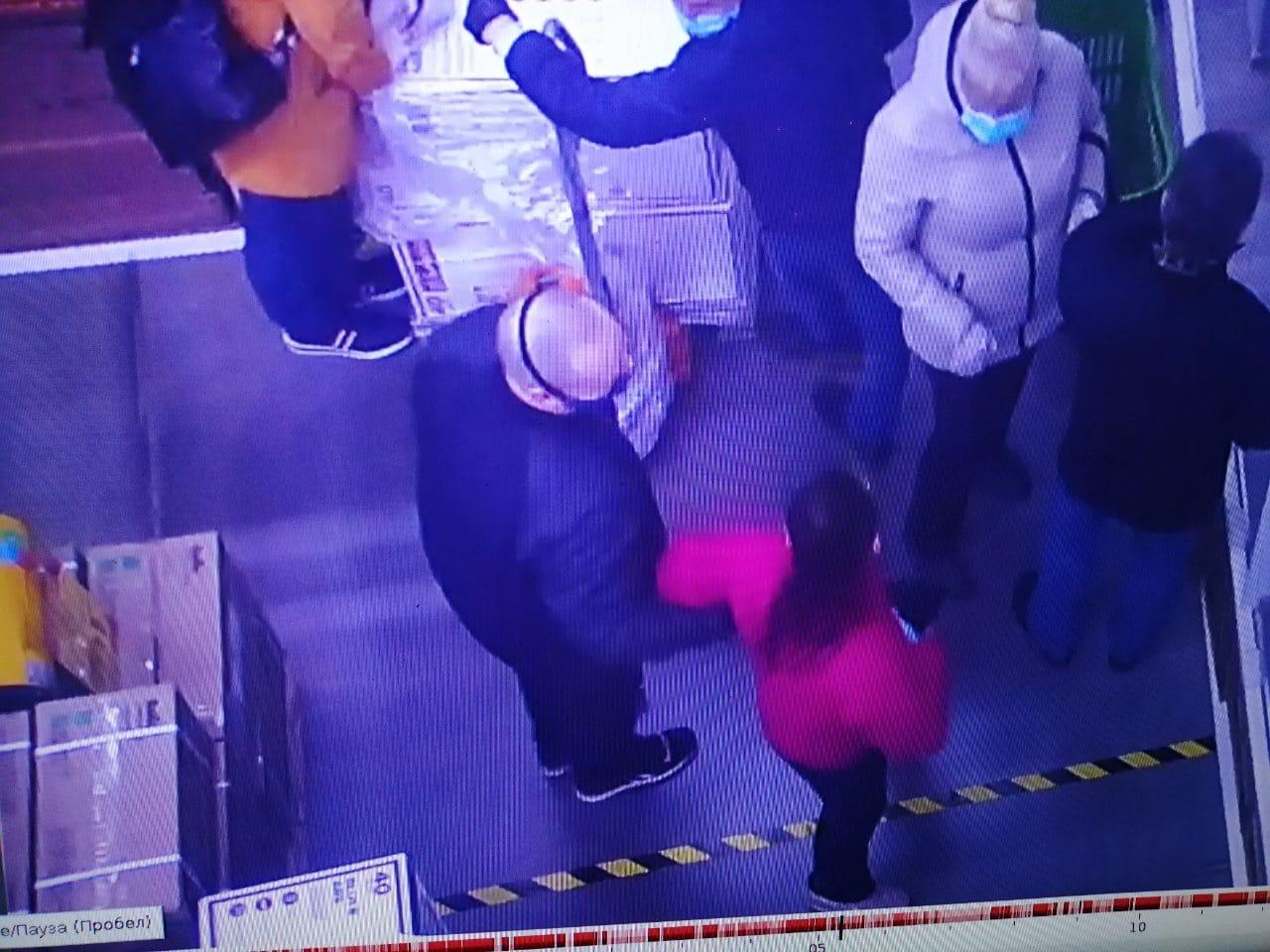 Ревнитель масочного режима набросился на ярославну, спустившую маску на подбородок