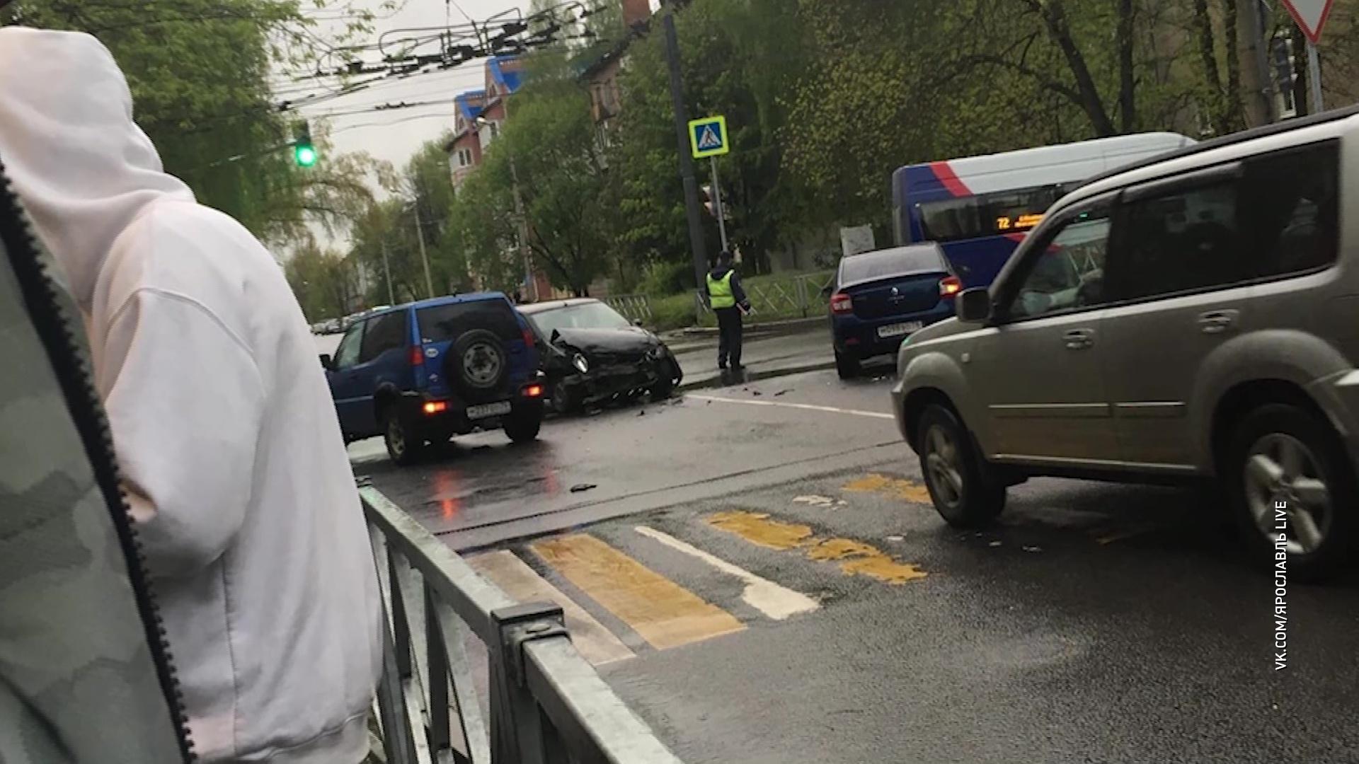 На «проклятом» перекрестке в Ярославле не разъехались две иномарки
