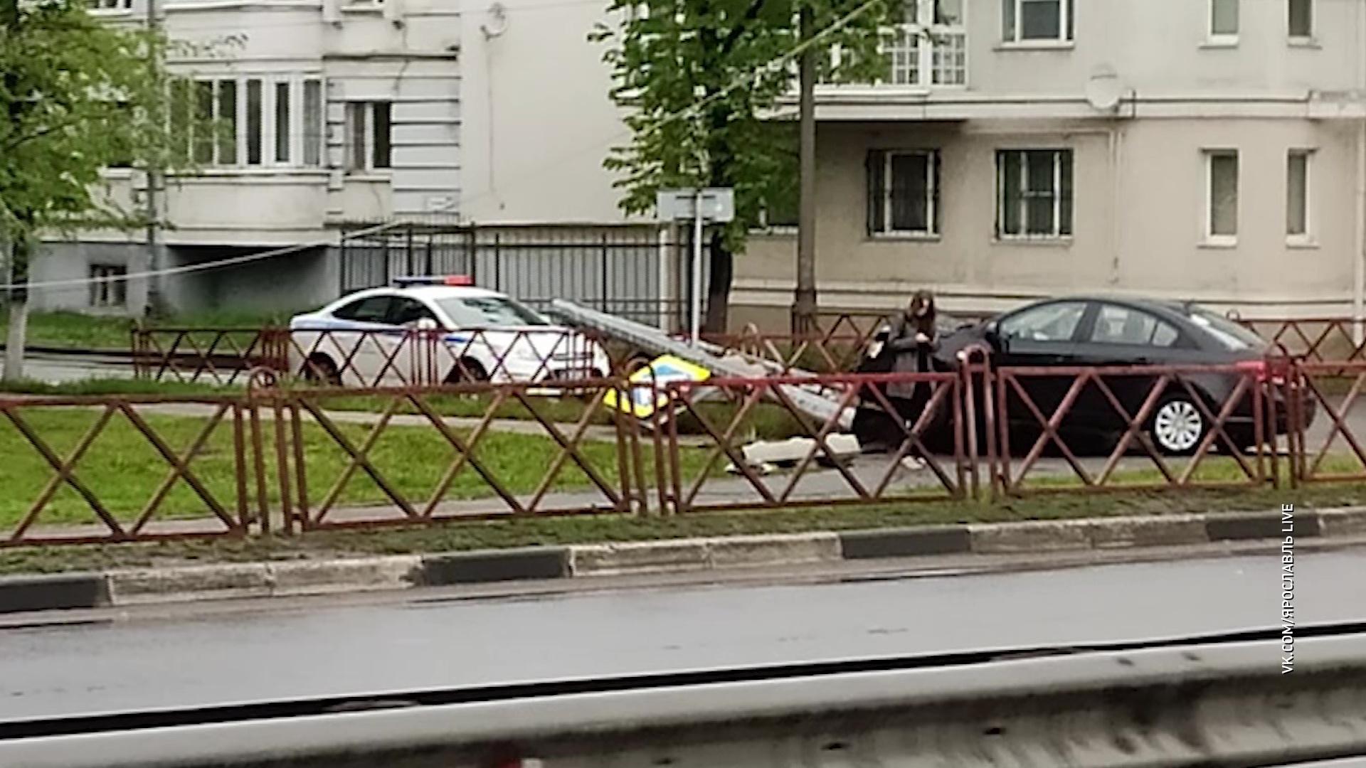 На улице Наумова иномарка сбила светофор