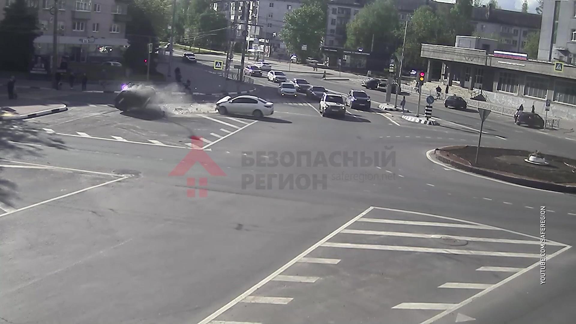 Не проскочил: на перекрестке Угличской с Горвалом столкнулись два авто