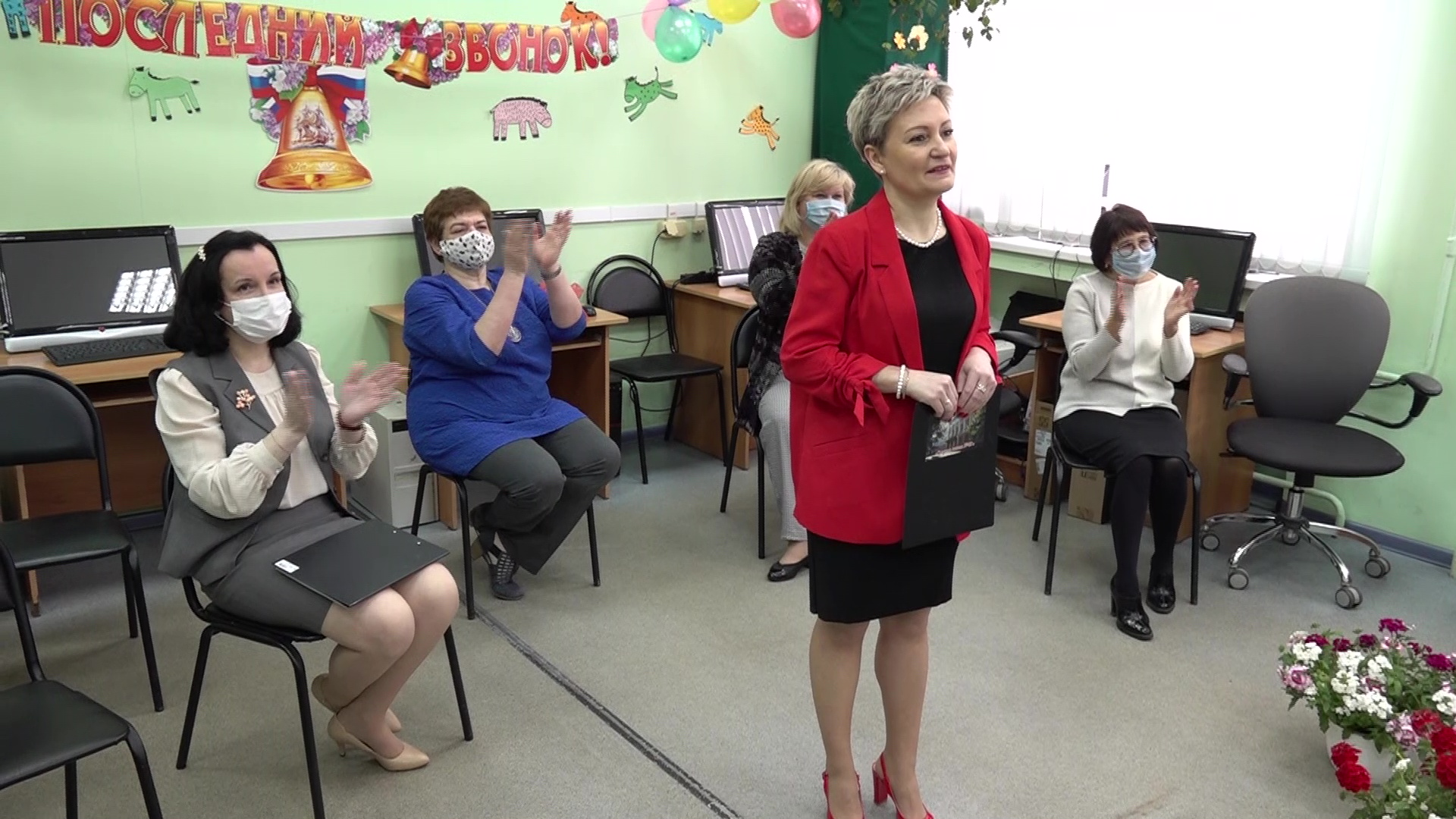 Выпускники ярославской школы услышали последний звонок с экрана монитора