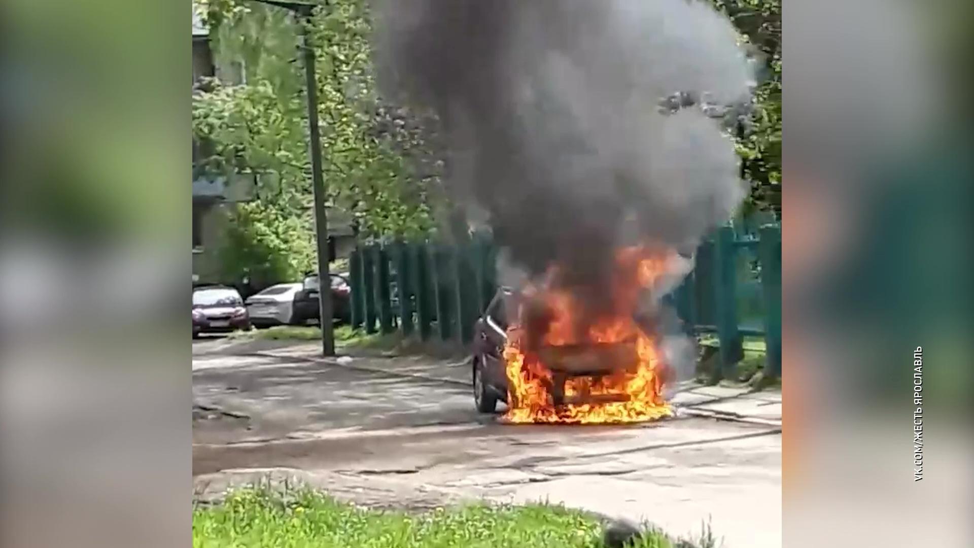 Напротив садика на Ньютона сгорела иномарка