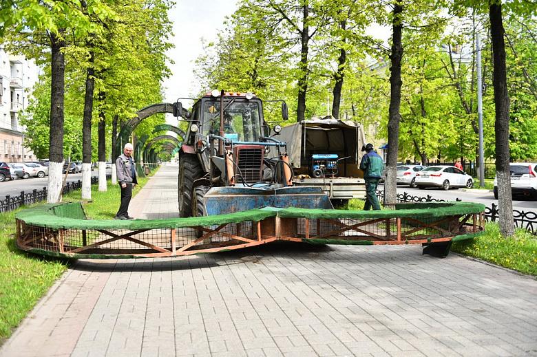 На проспекте Ленина в Ярославле демонтируют цветочные арки