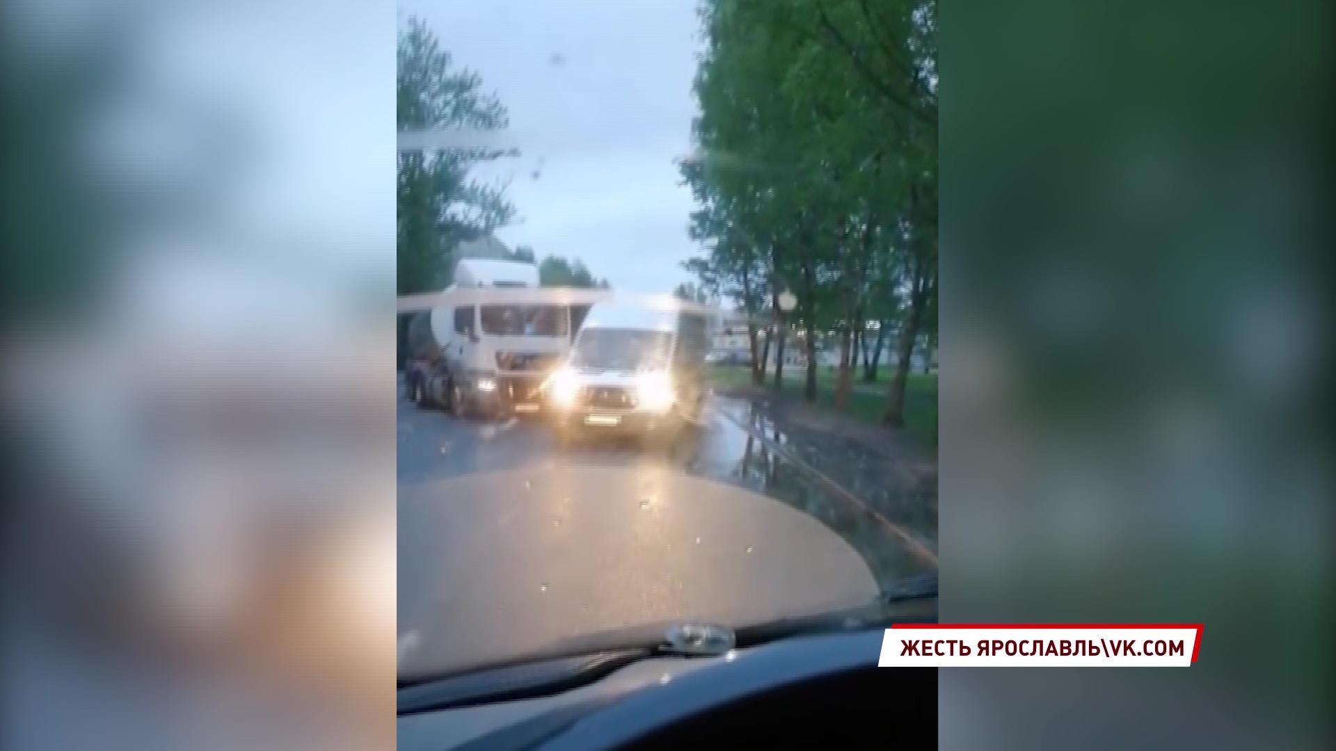 В Ярославле иномарка влетела в большегруз