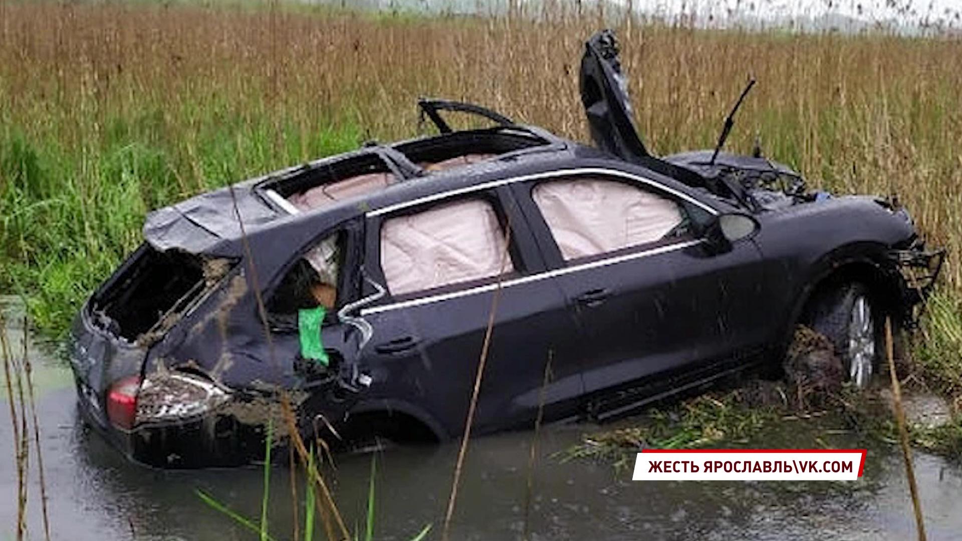 В Ростовском районе водитель врезалась в столб и слетела в кювет
