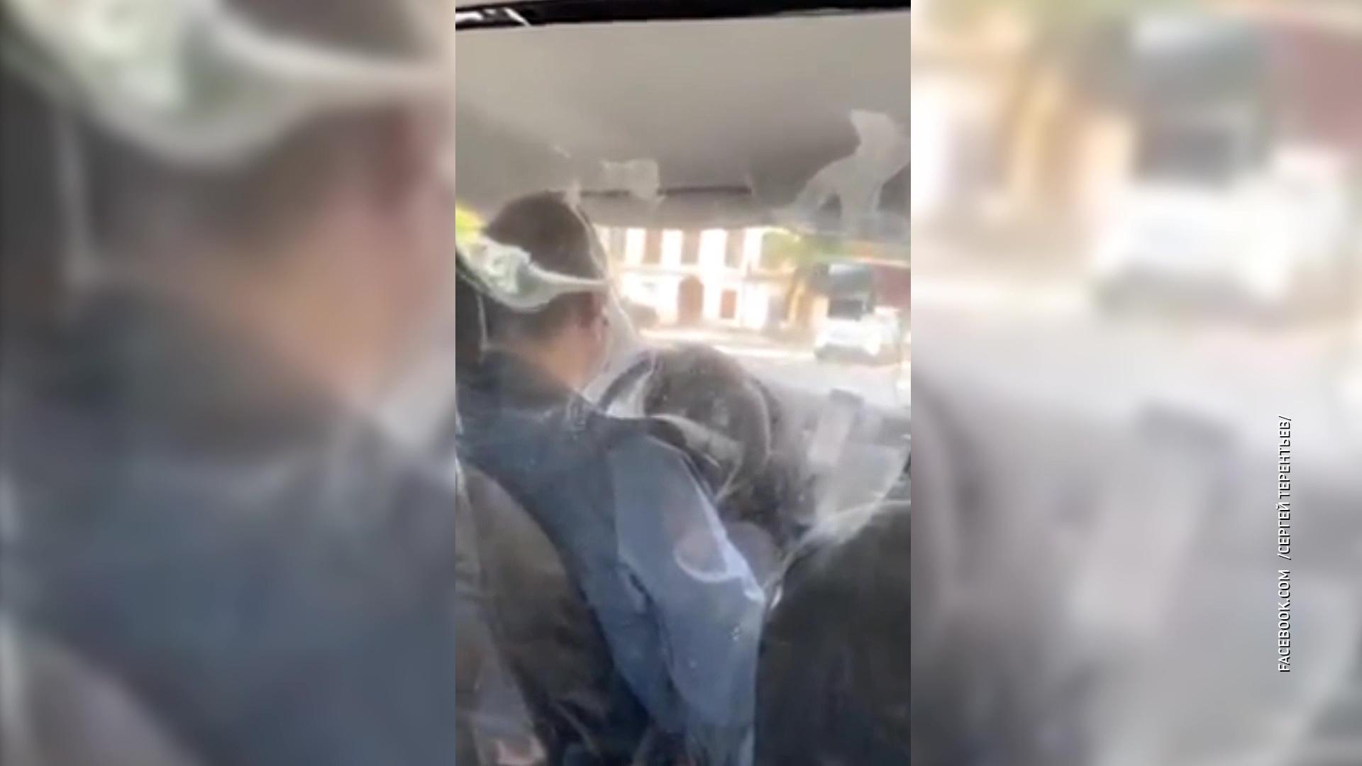 Против вируса: ярославский водитель такси прячется от пассажиров за пленкой