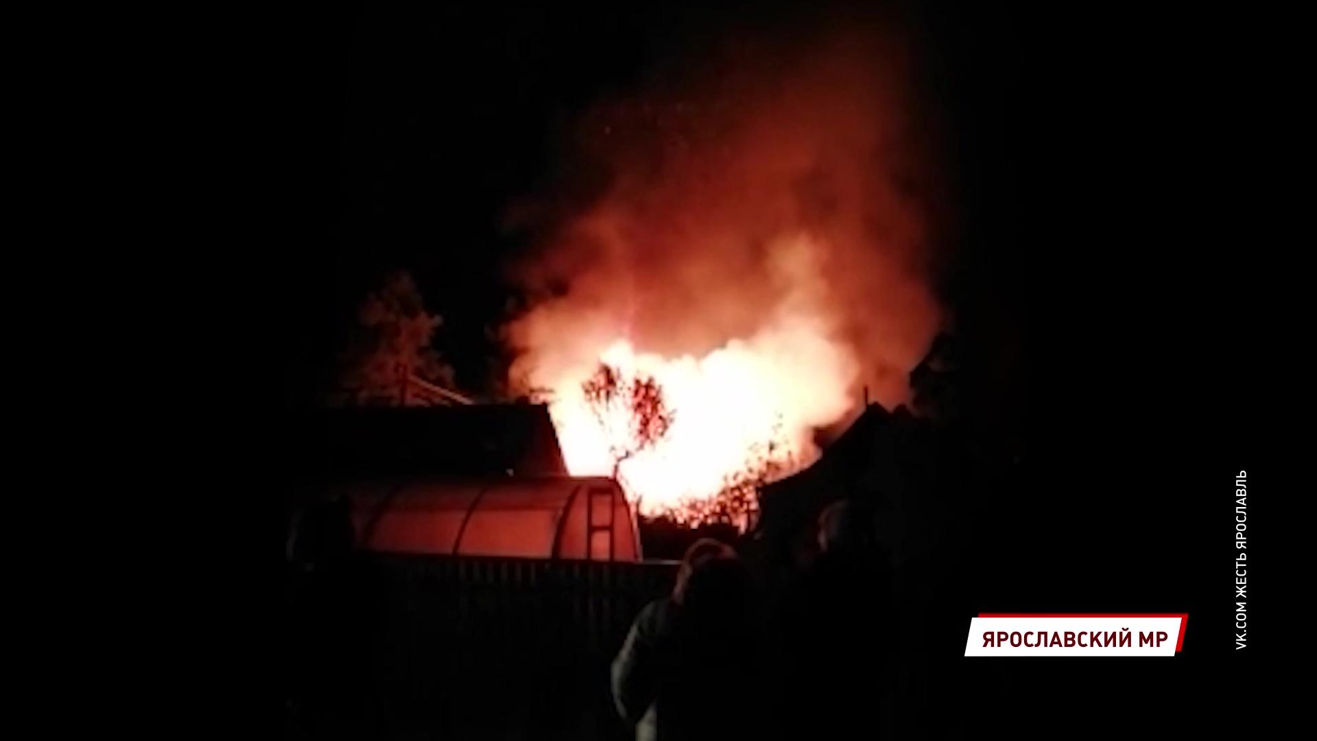 Едва успели вынести газовые баллоны: крупный пожар в Ярославском районе чуть не закончился взрывом